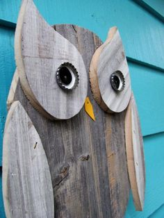 This owl is made primarily of old reclaimed and upcycled fence wood. This owl is made primarily of old reclaimed and upcycled fence wood. Theres also a little bit of pl Pallet Crafts, Pallet Art, Wooden Crafts, Wood Supply, Wood Owls, Owl Crafts, Owl Art, Recycled Wood, Wood Pallets