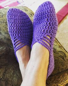 Designing a crochet slipper is satisfying work to make as these crochet slippers are soft. And at the same time comfortable as well. The unique crochet slippers… Crochet Slipper Boots, Crochet Sandals, Crochet Slippers, Crochet Gifts, Crochet Baby, Knit Crochet, Free Crochet, Unique Crochet, Easy Crochet Patterns