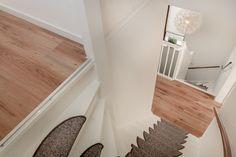 Sommige trappen vragen om een mooie foto! #trap #stairs ⠀ ⠀ ⠀ #verkoopstyling #woningfotografie #vastgoed #interieurfotograaf #vastgoedstyliste #huisverkopen #binnenkijken #stylist #wonen #interior #styling #homestaging #homedeco #funda #devastgoedstyliste #tamaratijdinkproducties #DVGS