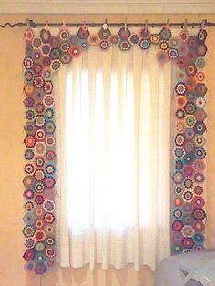 belleza en crochet Crochet Curtain Pattern, Crochet Curtains, Curtain Patterns, Diy Curtains, Crochet Home, Diy Crochet, Crochet Crafts, Crochet Projects, Sewing Crafts
