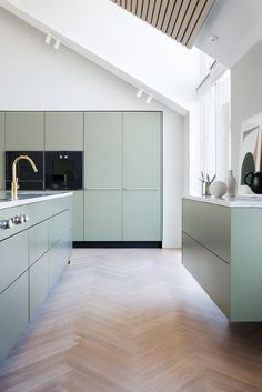 For over three centuries, Gaggenau has been a leading brand for innovative and revolutionary home appliances. Find out here why the difference is Gaggenau! Kitchen Room Design, Interior Design Kitchen, Kitchen Decor, Bespoke Kitchens, Green Kitchen, Home Kitchens, Kitchen Remodel, Home Decor, William Morris