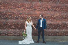 photo-mariage-mur-briques Marie, Photos, Wedding Dresses, Fashion, Industrial Wedding, Bride Dresses, Moda, Pictures, Bridal Gowns