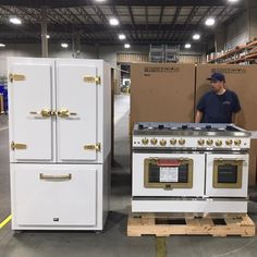 The NEW Classic Fridge with a matching stove, ready to be shipped!⁣⁣⁣ 🤩⁣ ⁣⁣⁣⁣ All designed, assembled and shipped from our US factories 🇺🇸… Kitchen Stove, New Kitchen, Vintage Kitchen, Kitchen Decor, Kitchen Ideas, Kitchen Booths, Kitchen Trends, Kitchen Designs, Kitchen Cabinets