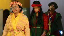 Bangladesh, contro pregiudizi, sfilata di donne sfregiate