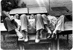 """Era o aniversário do Vinicius de Moraes em 1979, na Carreta, uma churrascaria de intelectuais da época em Ipanema. O fotógrafo Evandro Teixeira estava lá para fazer uma matéria para o Caderno B do Jornal do Brasil. De repente Vinicius chamou o Chico Buarque e o Tom Jobim e disse: """"Então vamos fazer uma foto diferente!"""" - ei-la..."""