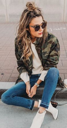 women's brown, green and beige denim buttoned jacket and blue jeans outfit Army Jacket Outfits, Camo Outfits, Casual Outfits, Camo Jacket, Camouflage Jacket Women, Camouflage Outfit, Look Fashion, Winter Fashion, Fashion Outfits