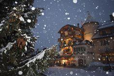 Place de l'église, Megève (Savoie) © JD Sudres/Voyage-Gourmand A visiter avec les Guides du Patrimoine des Pays de Savoie http://www.gpps.fr/Guides-du-Patrimoine-des-Pays-de-Savoie/Pages/Site/Visites-en-Savoie-Mont-Blanc/Faucigny/Pays-du-Mont-Blanc/Megeve