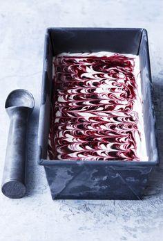 Lækker hjemmelavet is lavet på kondenseret mælk. Denne is er både sød og cremet, og utrolig let at lave! Cold Desserts, Desserts To Make, Dessert Recipes, Danish Dessert, Danish Food, Raspberry Fool, Frozen Yoghurt, Food Crush, Ice Ice Baby
