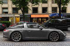 Porsche 991 Targa : Chez Porsche, la Targa est un incontournable de la famille 911. Quasiment depuis ses débuts. La déclinaison Targa de l'actuelle génération 991 signe un sympathique tournant rétro, avec le retour de l'arceau central typique des premières du genre. Le retour aux sources prend la forme d'un atypique - et séduisant – coup de crayon, qui pourrait bien faire d'elle la plus attirante des 911.
