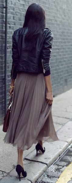 veste femme en cuir noir, jupe longue plissée beige avec talons hauts noirs  Veste En 9b66225cebe