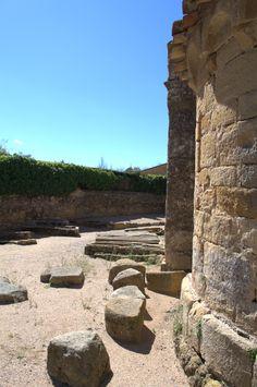 Necrópolis medieval junto a los ábsides. Sant Esteve de Canapost. Siglos IX-XII. Canapost. Girona