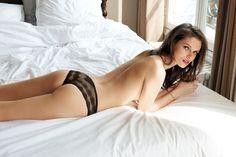 Un très joli tanga Dim, en dentelle stretch noire, très confort et diablement sexy