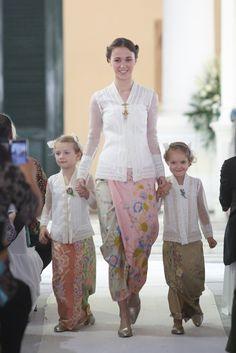 kain lilit dan kebaya Kebaya Brokat, Kebaya Dress, Model Kebaya Modern, Javanese Wedding, Batik Kebaya, Dress Anak, Marriage Dress, Batik Fashion, Traditional Dresses
