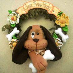 GUIRLANDA COM MOLDES Dog Crafts, Felt Crafts, Diy And Crafts, Arts And Crafts, Christmas Dog, Christmas Wreaths, Christmas Ornaments, Diy Dog Collar, Felt Dogs