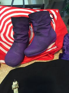 Walmart black boots $8 sprayed with purple fabric paint. Raven Cosplay, Cosplay Boots, Halloween Costume Accessories, Halloween Costumes, Cosplay Ideas, Cosplay Costumes, Siren Costume, Cosplay Tutorial, Purple Fabric