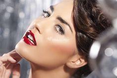 Labios brillantes en rojo pasión para el día de tu boda