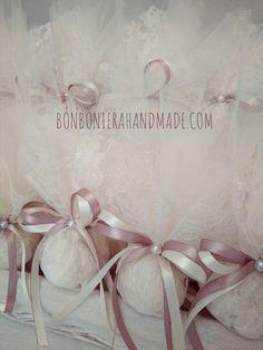 Τούλινη μπομπονιέρα γάμου σε nude αποχρώσεις. Ιβουάρ δαντέλα, διπλός σατέν φιόγκος και διακοσμητική περλίτσα. Ύψος: 20 εκ. - Bonboniera Handmade Wedding Designs, Place Cards, Place Card Holders, Amelia, Wedding Stuff, Satin, Bride Groom Dress, Engagement, Vestidos