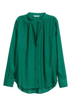 Blusa con escote de pico 19,99 €   H&M