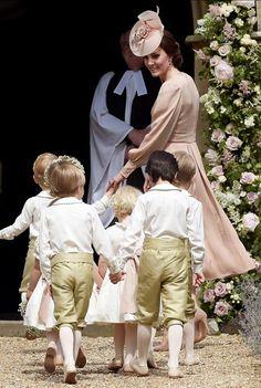 妹のピッパ・ミドルトンさんの結婚式が行われる教会に到着した英国のキャサリン妃(エングフィールド)