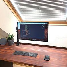 Such a minimalistic setup! Computer Desk Setup, Pc Desk, Pc Setup, Room Setup, Home Office Setup, Home Office Design, Desk Inspiration, Game Room Design, Studio Room