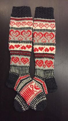 Stickade hjärtstrumpor Novita 7 Bröder Knitted Slippers, Wool Socks, Slipper Socks, Knitting Socks, Hand Knitting, Knitting Patterns, Knit Stockings, Designer Socks, Pullover