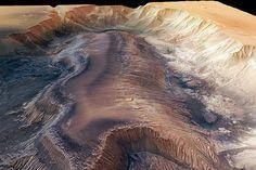 Mars: Das Canyonsystem der Valles Marineris gehört mit Hebes Chasma zu einem radial verlaufenden Grabenbruchsystem rund um Tharsis, einer Region von etwa 4000 Kilometern Durchmesser.