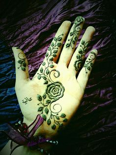 Saudi style henna by Alia Khan - this is so gorgeous! Henna Tatoos, Henna Mehndi, Hand Henna, Tattoos, Modern Henna, Mehendhi Designs, Henna Art Designs, Mehendi Arts, Henna Style