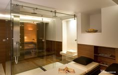Projekt pokoju do relaksu z sauną Hoesh oraz łóżkami do masażu. www.bartekwlodarczyk.com