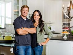 Joanna Gaines hosts HGTV's Fixer Upper with her husband, Chip. Joanna has created unique designs as she and Chip remodeled and fixed up more than 100 homes. Fixer Upper Tv Show, Fixer Upper Joanna, Magnolia Fixer Upper, Magnolia Farms, Magnolia Market, Magnolia Homes, Priscilla Presley, Elizabeth Taylor, Magnolia Table Restaurant