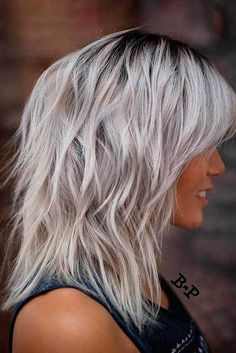 2019 Trending Tagli di capelli stratificati per le donne. Strati Lungo  MossoAcconciature CotonateAcconciatureCapelli Biondo PlatinoColore ... b2b214bb4aed