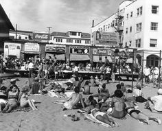 1949 crowds at muscle beach -LA..so that is what was there before the chess tables...