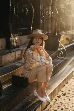 Girl wearing masculine style in ruffled polka dot blouse with wool camel pants, white pumps and mustard fedora hat during golden hour sunset Tomboy Look, Casual Look, 70s Fashion, Work Fashion, Urbane Fotografie, Spring Summer Fashion, Autumn Fashion, Cool Outfits, Summer Outfits