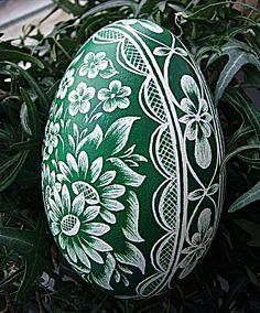 Osobní stránky - Fotoalbum - KRASLICE - jak je dělám já - KRASLICE fotogalerie Ukrainian Easter Eggs, Ukrainian Art, Egg Shell Art, Cultural Crafts, Carved Eggs, Easter Egg Designs, Scratch Art, Faberge Eggs, Carving Designs