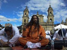 YO EN MEDITACION POR LA PAZ DEL MUNDO...PLAZA DE BOLIVAR,BOGOTA ,COLOMBIA.