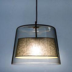 La suspension Duo. Conçue par le designer Emmanuel Gallina, en exclusivité pour AM.PM, cette suspension en verre transparent accueille un abat-jour en tissu qui dissimule élégamment l'ampoule.Emmanuel Gallina est designer. Élégance, évidence et simplicité sont ses maîtres mots et pour lui, le souci du détail est une réalité de chaque instant dans la ligne, la forme, et la fonctionnalité.Caractéristiques : - En verre transparent- Abat-jour en tissu- Support métal chromé.- Cordon électriq...