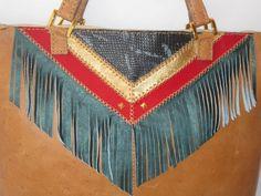 bolso amplio de cuero graso, combinacion de texturas y flecos