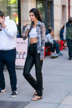 Kendall Jenner in Leather Pants and White Top – Out in New York City Kendall Jenner Outfits, Kendall Jenner Modeling, Kardashian, Models Off Duty, Sporty Chic, Harry Styles, Fashion Models, Smoking, Ideias Fashion