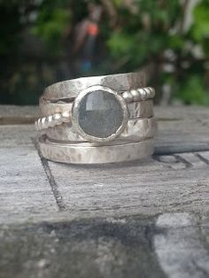 Idylliz : 220. Zilveren aparte trouwringen. Labradoriet.