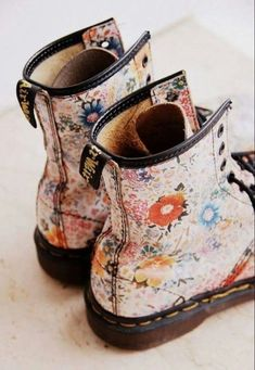 Doc Martens have been in style for almost 60 years, discover what made them so popular. We also discuss how to wear them in style! Sock Shoes, Cute Shoes, Me Too Shoes, Shoe Boots, Shoe Bag, Botas Dr Martens, White Doc Martens, Doc Martens Outfit, Doc Martens Boots