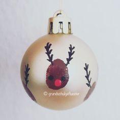 Irgendwie steht dieses Jahr bei mir alles unter dem Motto #rudolphtherednosedreindeer  Diese Christbaumkugeln werden die Kinder dieses Jahr als Weihnachtsgeschenk gestalten  Auch wenn man Weihnachten nicht feiert, findet die Kugel sicher irgendwo einen schönen Platz  Ich habe mich bewusst für Kugeln aus Plastik entschieden, damit sie beim Transport nicht zerbrechen können. Für das Gestalten der Rentierköpfe habe ich Acrylfarbe verwendet - überraschender Weise hält diese auch auf glä...