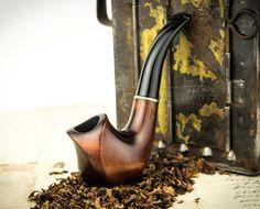 ".Pipa que fuma ""BUD"". Pipa de madera tallada"