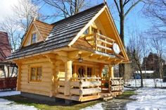 The Perfect Log Cabin Log homes are one of the most resistant types of home and they are also very affordable. For centuries, people around the world have been living in log homes and they seem to be quite popular nowadays too. This next cute tiny log ho Little Log Cabin, Tiny Log Cabins, Tiny House Cabin, Log Cabin Homes, Cabins And Cottages, Small Log Cabin Plans, Mountain Cabins, Two Bedroom Tiny House, Log Cabin Floor Plans