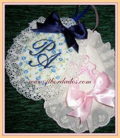 Medallitas de tela para decorar el carricoche de tu bebe. En ftbordados