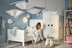 One of the first items we choose for the kids' room is the bed: one of its main components and one of the main characters in IKEA's 2017 children collection. While going through their new catalogue we found revamped models, simple and functional furniture typical of the Swedish shop and above all, plenty of ideas …