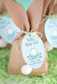"""Easy Easter """"Bunny Tail"""" Favor Bags : Easy Easter """"Bunny Tail"""" Favor Bags Whether your hosting an Easter gathering this year or looking for a fun craft for the kids these cute Easter bunny goody bags are the perfect Easter DIY! Easter Birthday Party, Bunny Birthday, Bunny Party, Cute Easter Bunny, Bunny Tail, Easter Crafts For Kids, Easter Activities, Easter Ideas, Deco Table"""