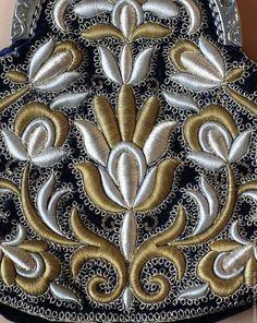 Купить или заказать Сумочка в интернет-магазине на Ярмарке Мастеров. Сумочка выполнена в технике золотного шитья по высокому настилу металлическими нитями (латунь, серебро) на тёмно-синем бархате.