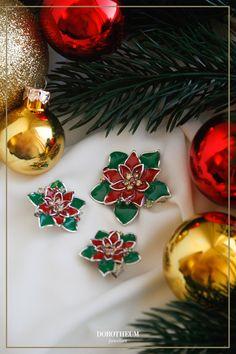 Lieben Sie Weihnachten auch so sehr wie wir? Dann haben wir genau die richtigen Accessoires für Sie! Diese bezaubernden Ohrstecker in der Form von Weihnachtssternen sind mit Peridot und Zirkonia besetzt und schreien nach feierlichen Festtagen!