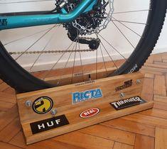 Bike Stand Diy, Diy Bike Rack, Bicycle Stand, Woodworking In An Apartment, Range Velo, Mt Bike, Mountian Bike, Easy Woodworking Ideas, Bike Room
