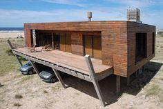 CAJAS CHINAS. El contenedor de madera encierra a la casa propiamente dicha.