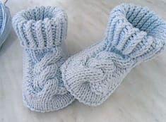 Тепленькие пинетки с косами. Описание (Вязание спицами) | Журнал Вдохновение Рукодельницы Knit Baby Shoes, Crochet Shoes, Knit Baby Booties, Knit Baby Dress, Knitted Baby Clothes, Crochet Dolls, Knit Crochet, Baby Knitting Patterns, Knitting For Kids